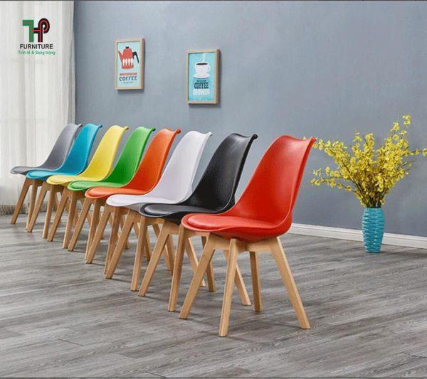 ghế nhựa lót nệm chân gỗ